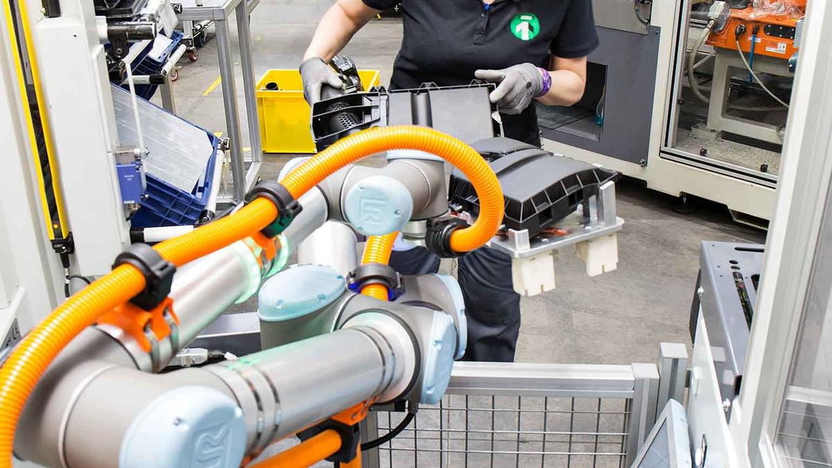 MANN and HUMMEL working with Cobot