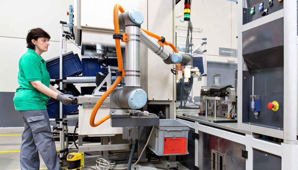 Robots-working-in-collaboration-with-workers-at-MANN+HUMMEL