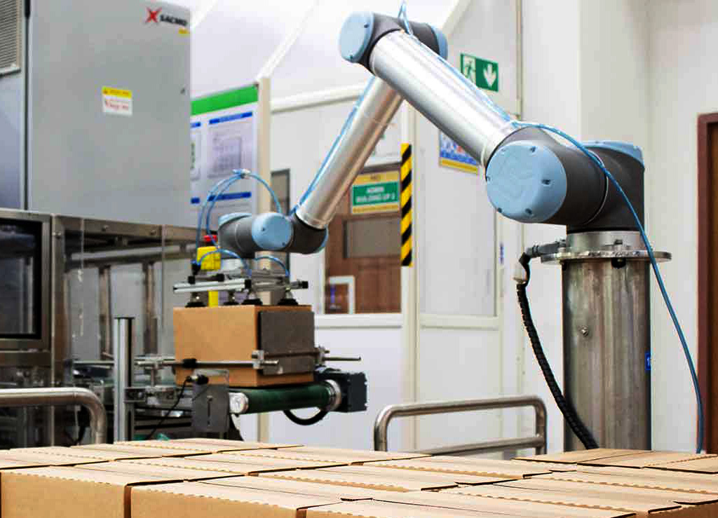 From moving heavy parts weighing up to 10 kg to precisely packing a box with small parts or goods, cobots are the answer to your part handling challenges.